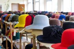 呢帽明亮的颜色销售在架子的在商店 免版税库存图片