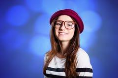呢帽的微笑的小姐在蓝色boheh 库存照片