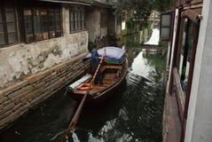 周庄,中国:穿过运河的小船 免版税库存照片