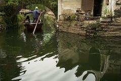 周庄,中国:穿过运河的小船 库存照片