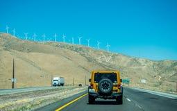 周末旅行在洛杉矶 从洛杉矶的高速公路向拉斯维加斯通过莫哈维沙漠 库存照片