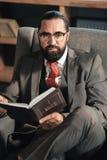 周道商人的感觉,当读圣经时 库存图片