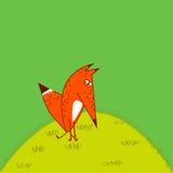 周道地使动画片样式发笑的橙色Fox大尾巴挺直坐草绿色背景 免版税图库摄影