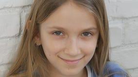 周道的儿童画象,看在照相机白肤金发的乏味女孩的微笑的孩子面孔 股票录像