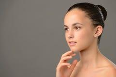 周道的十几岁的女孩秀丽护肤 免版税库存图片