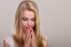 周道的妇女面孔,哀伤女孩祈祷 免版税库存照片