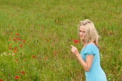 周道的妇女年轻人 免版税库存照片