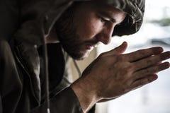 周道的无家可归的人感觉的寒冷在冬天 库存照片