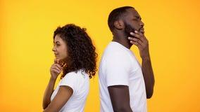 周道的男性和女性身分,考虑相识,选择 库存照片