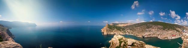 周围的山和海的全景 图库摄影