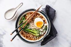 味噌拉面亚洲面条用鸡蛋、enoki和圆白菜 库存照片