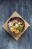 味噌拉面滚保龄球与chasu,鸡蛋, daikon, copyspace 免版税库存图片