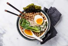 味噌拉面面条用鸡蛋、enoki和朴崔 库存照片
