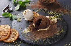 味道好的可口巧克力方旦糖蛋糕,餐馆服务 库存照片