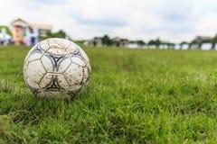 呵叻,泰国- 10月1 :在一个橄榄球场的泥泞的足球在10月的市政体育场呵叻内 库存图片