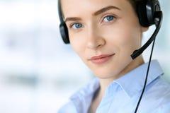 呼叫中心运算符 美丽的女商人画象耳机的 库存图片