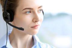 呼叫中心运算符 美丽的女商人画象耳机的 图库摄影