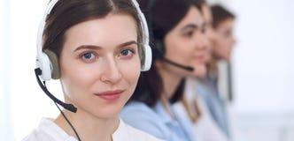 呼叫中心运算符 耳机的年轻美丽的女商人 免版税库存图片