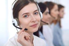呼叫中心运算符 耳机的年轻美丽的女商人 库存照片