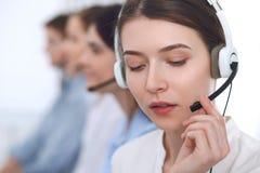 呼叫中心运算符 耳机的年轻美丽的女商人 免版税库存照片