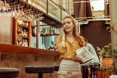 呼吁妇女说在电话里,当在酒吧时 免版税图库摄影