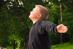 呼吸在森林里的孩子 免版税图库摄影