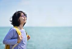 呼吸新鲜空气的亚裔旅行的背包徒步旅行者 图库摄影
