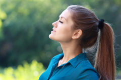 呼吸新鲜空气的妇女 免版税库存照片