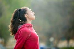 呼吸新鲜空气的运动的妇女 库存照片