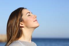 呼吸深新鲜空气的妇女画象 库存照片
