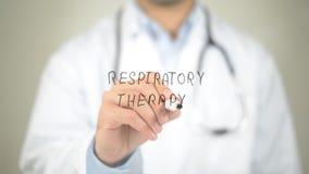 呼吸疗法,在透明屏幕上的医生文字 免版税库存照片