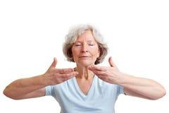 呼吸的eldery轻松的妇女 免版税库存图片