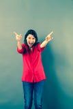 呼喊与外向性手势的乐趣30s妇女 免版税库存照片