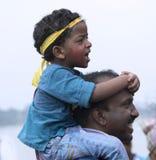 呼喊充满喜悦的孩子在女神杜尔加,加尔各答浸没  免版税库存图片
