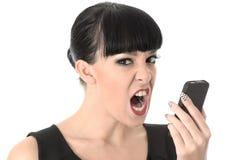 呼喊入手机的恼怒的沮丧的懊恼妇女 免版税库存图片