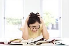 呼喊和在家疲倦的亚裔学生女孩 免版税库存图片