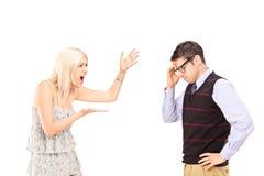 呼喊在一个人的恼怒的妇女 免版税库存照片