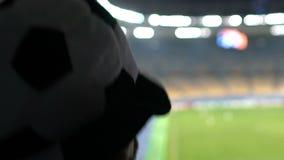 呼喊在体育场的队的烦乱足球迷,失望对比赛 股票视频