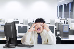 呼喊在办公室的肥胖商人 免版税库存图片