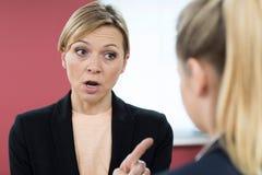 呼喊在女性同事的积极的女实业家 库存图片