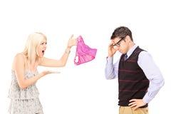 呼喊在她的男朋友的恼怒的女朋友 免版税库存图片