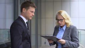 呼喊在年轻男性雇员,报告差错,工作失败的恼怒的女性上司 股票录像