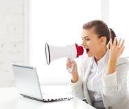 呼喊在扩音机的严密的女实业家 免版税库存图片