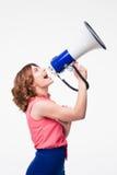 呼喊在扩音机的偶然妇女 免版税库存图片