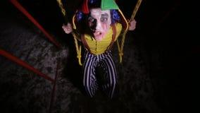 呼喊在摇摆的小丑的一张顶视图 影视素材