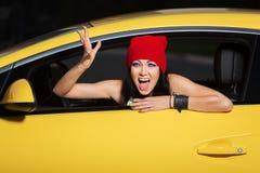 呼喊在汽车的恼怒的妇女 免版税库存图片