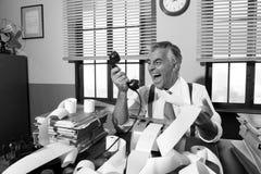 呼喊在电话的恼怒的葡萄酒商人 库存照片