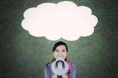 呼喊在空的云彩泡影的女学生 免版税库存图片
