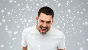 呼喊在雪背景的恼怒的人 库存图片