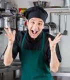 呼喊在餐馆厨房里的男性厨师 免版税图库摄影